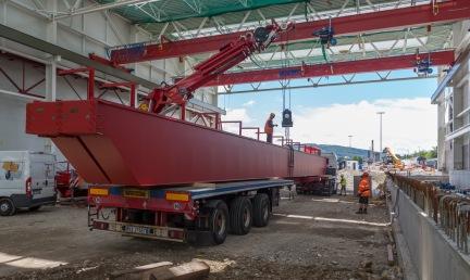 Anlieferung Krananlagen mit Tieflader im IW Olten, aufgenommen am 29. Juni 2017. (SBB/Francois Gribi)