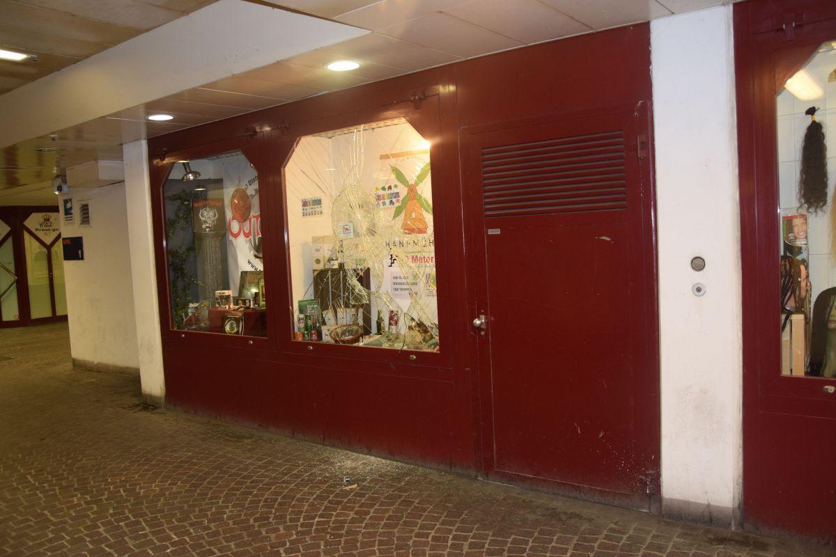 Schaufenster in der Winkelunterführung demoliert