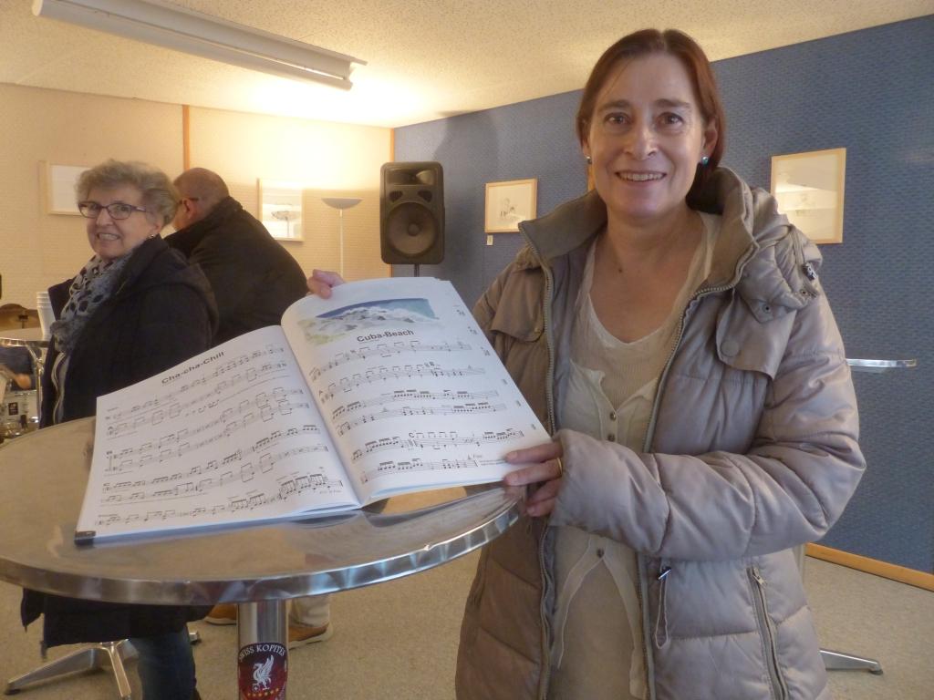 """Ariane Lehmann, Illustratorin, präsentiert das neu überarbeitete Lehrbuch """"The Drummer 2"""" von Noby Lehmann, Agostini Drum School Olten, an dem sie intensiv mitgearbeitet hat. (Foto Beatrice Suter)"""