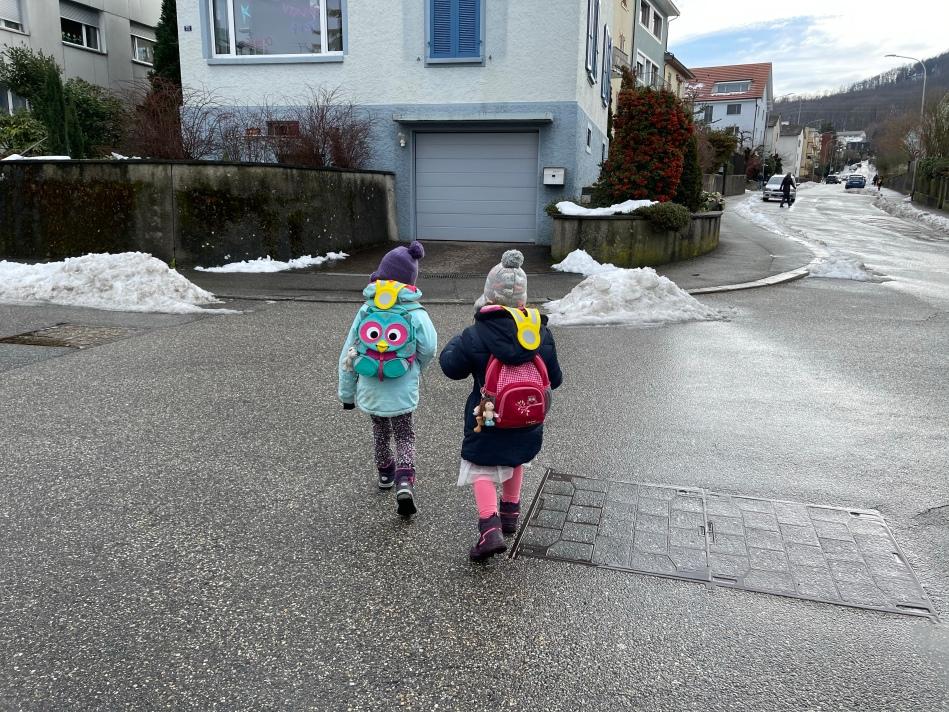 Kinder bei der Querung der Reiserstrasse